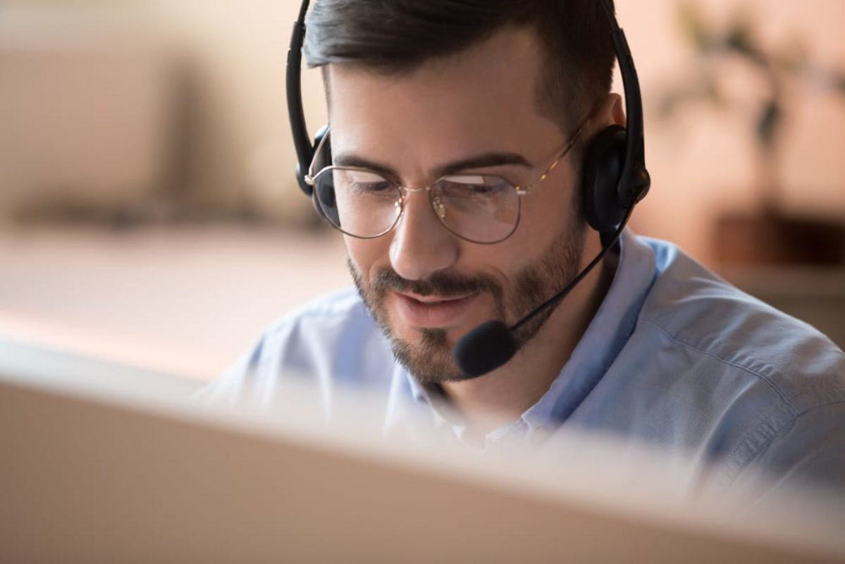 Customer Support Agent with English voice and written
